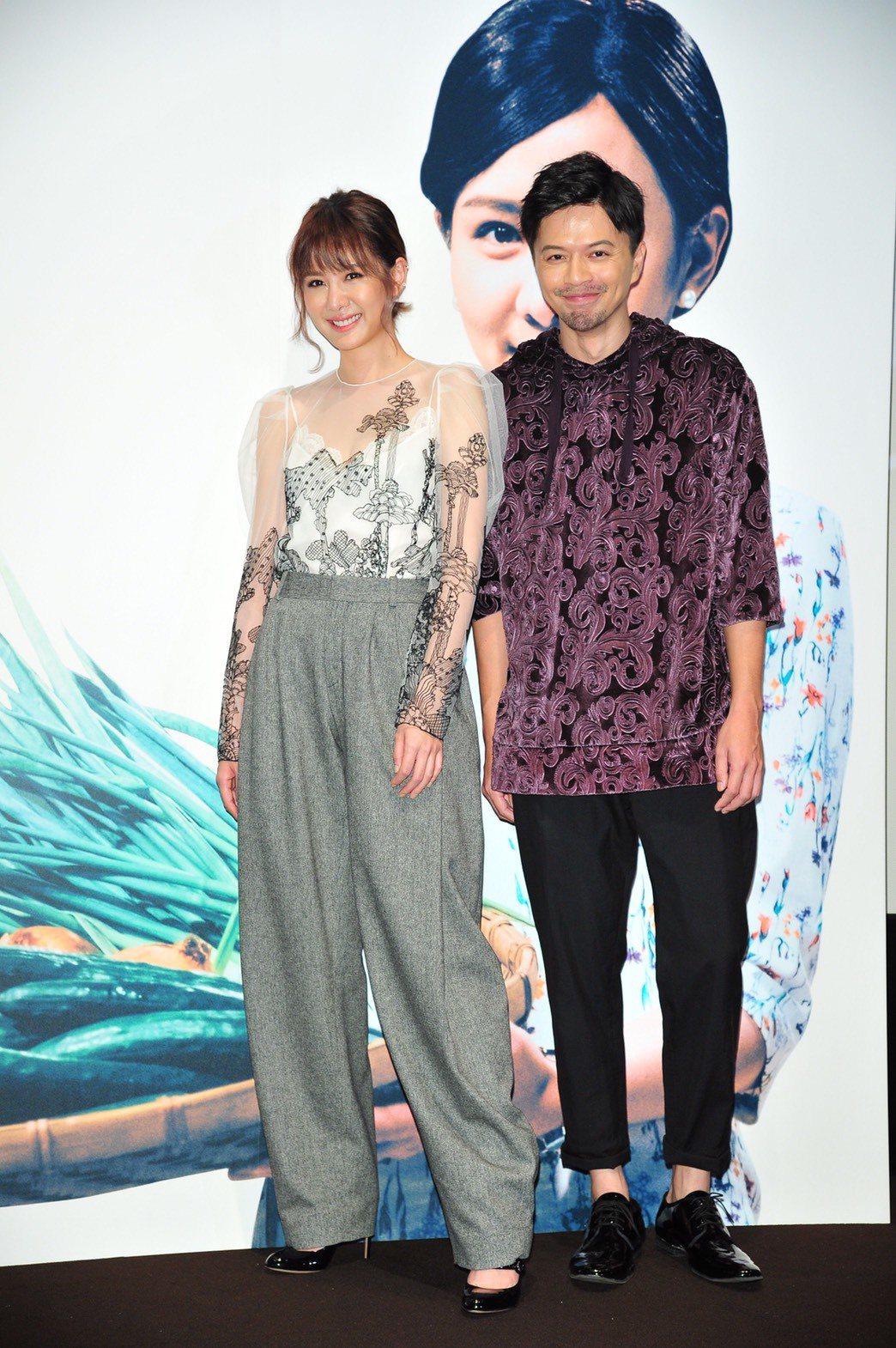 江常輝(右)被說像阿Ken,因此首映會上拱他與安心亞合照。圖/好風光提供
