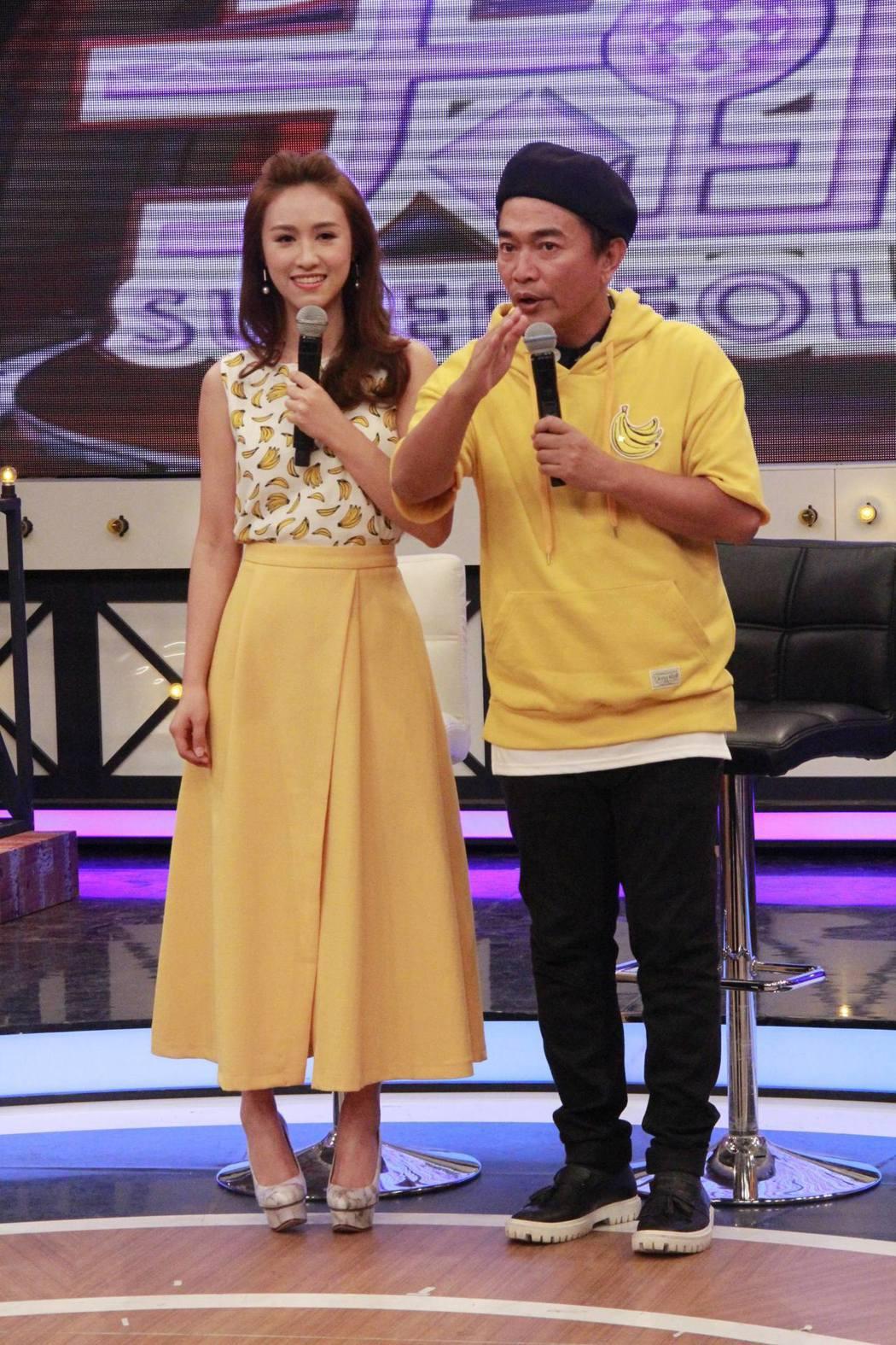 吳宗憲(右)和女兒Sandy錄中天「小明星大跟班」。圖/中天提供