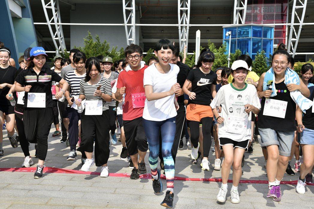 魏如萱和粉絲小巨蛋跑步活動。圖/大大國際提供