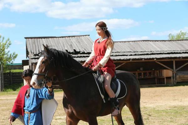 林志玲12年前曾有墜馬意外,最近終於成功克服心魔,再度騎馬。圖/摘自微博