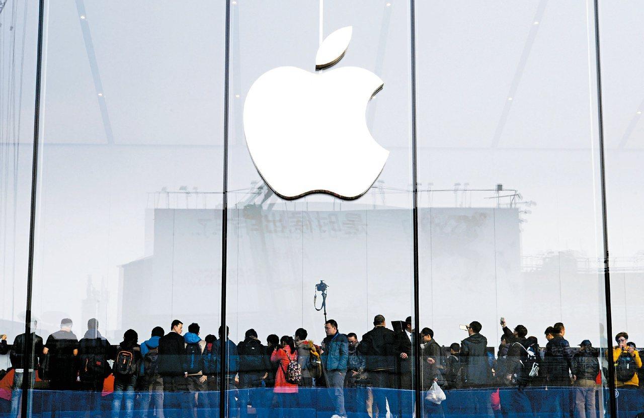 大陸最近偵辦利用蘋果手機維修規則漏洞的詐騙案。圖為2015年「果粉」在杭州專賣店...
