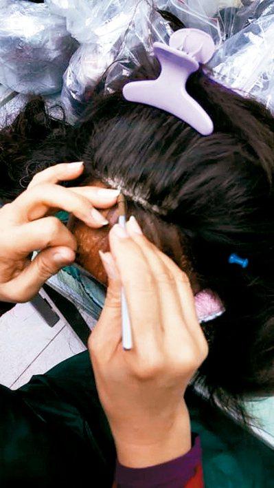 製造假髮中最耗工的手工勾髮。 圖/神奇假髮提供