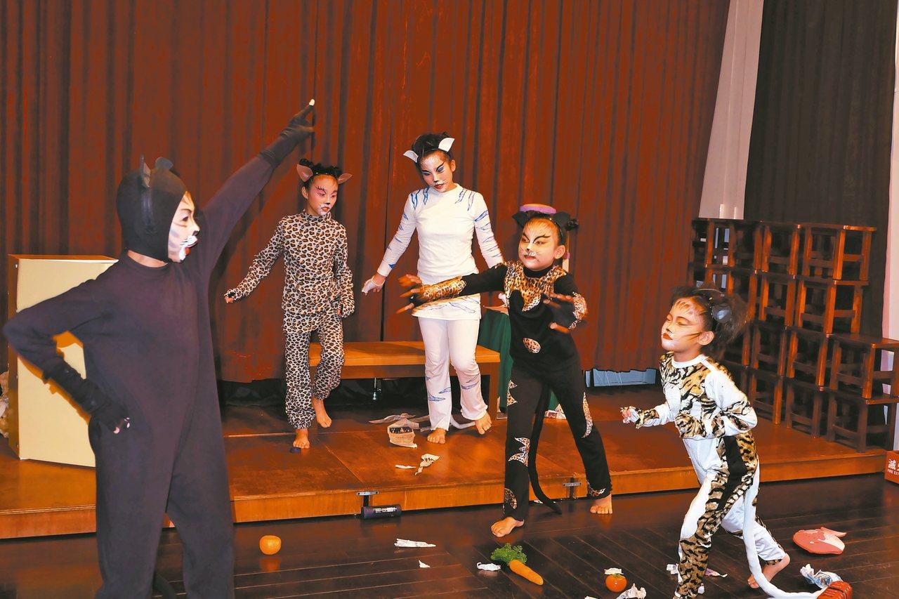 《掛鈴噹》是黃大魚兒童劇團的創團劇,演出時間約70分鐘,描述老鼠與貓鬥智的故事。...