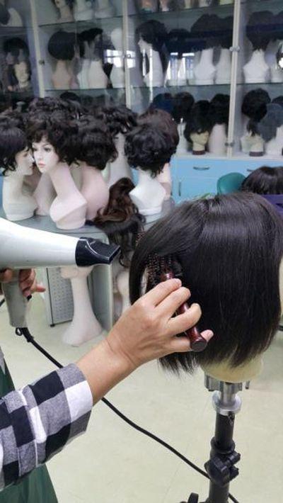 製髮中最後的吹燙定型。 圖/神奇假髮提供