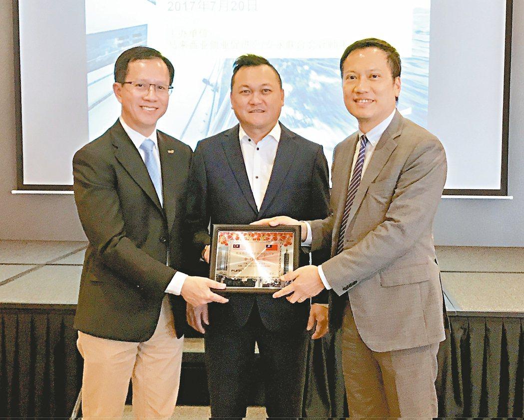 馬來西亞創業促進會拿督林書忠(左起)、馬來西亞創業促進會總會長雷智雄、安永聯合會...