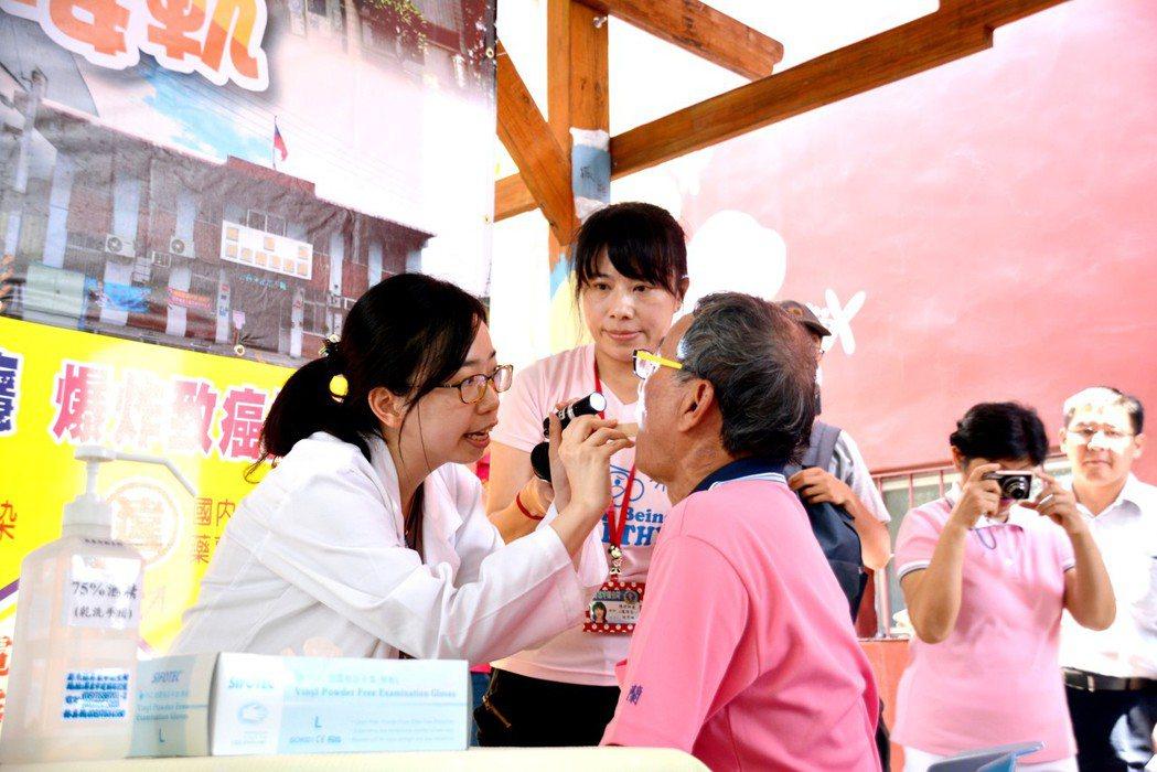 醫師正為民眾做口腔癌篩檢。 圖/縣府提供