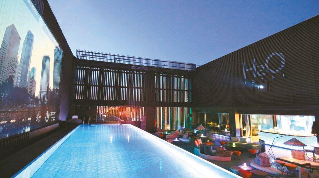 H2O水京棧國際酒店擁有高雄唯一頂樓透明泳池酒吧,池邊擁有超過500吋大螢幕。 ...