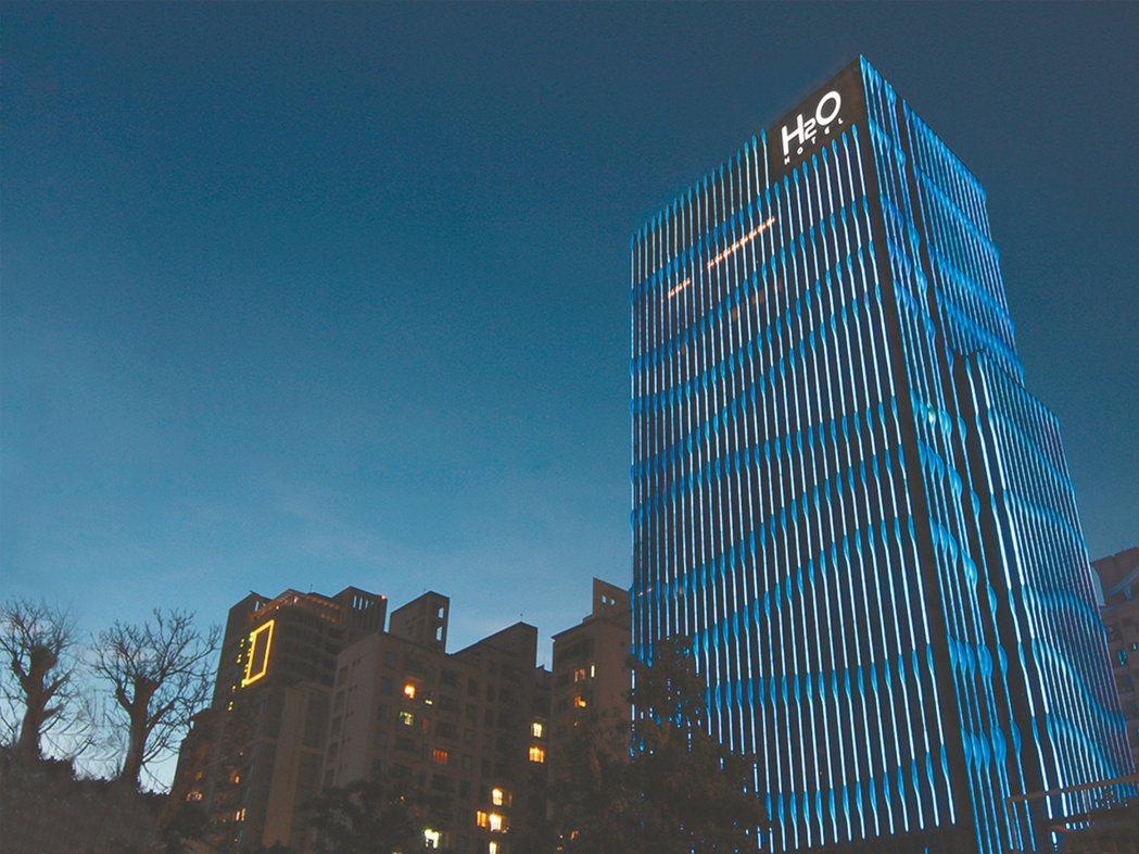 水京棧國際酒店外觀以超炫LED燈打造。 H2O水京棧國際酒店/提供