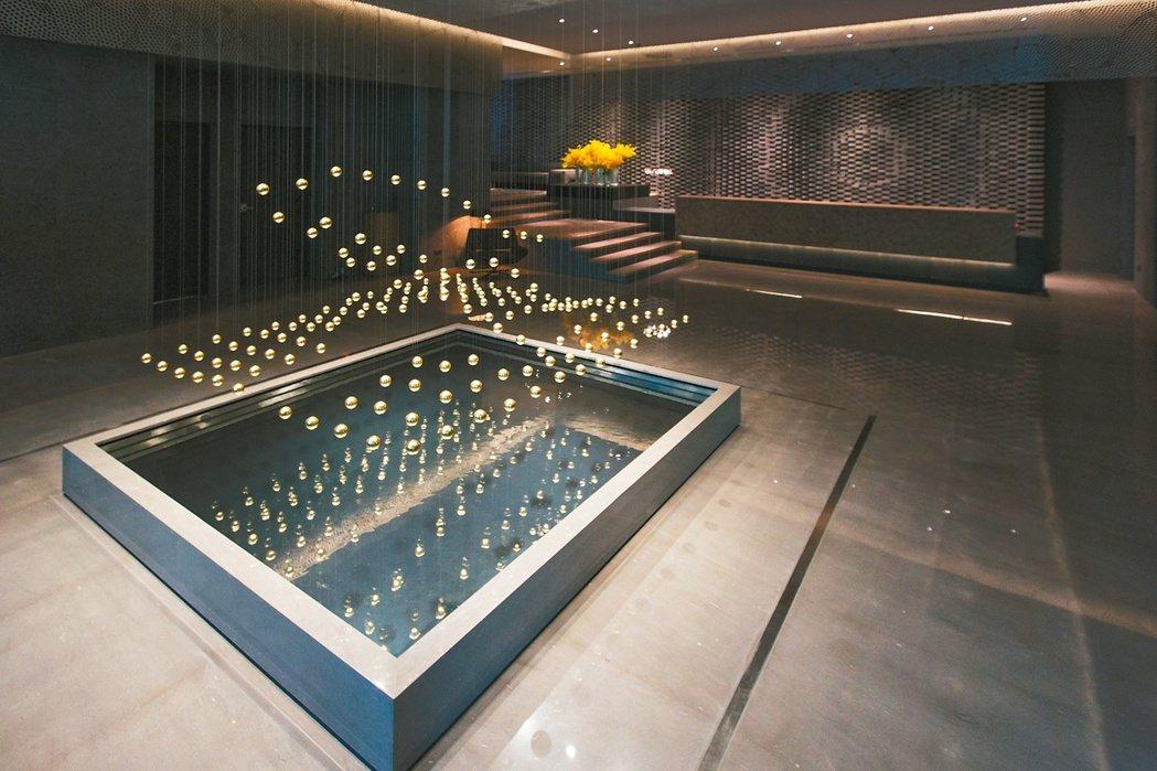 晶英國際行館一樓大廳最大亮點,是來自德國Art+Com設計創作4D浮空動力裝置藝...