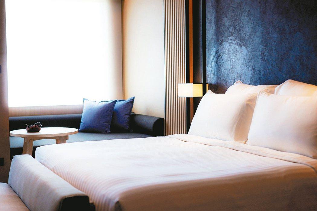 礁溪寒沐酒店的客房皆擁有65吋電視、單次免費MINI吧與獨立的溫泉浴池。 礁溪寒...