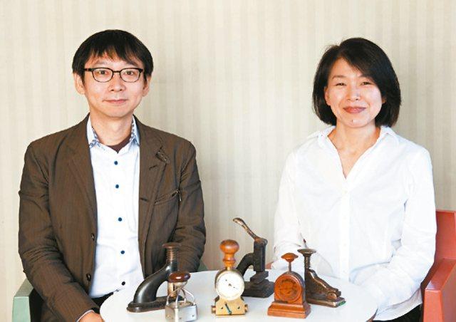 通曉古今中外文具,且擁有萬件以上收藏品的文具王高畑正幸(左),與作者鯛迪(右)暢談古董文具的鑑定法和蒐集文具的奧趣。
