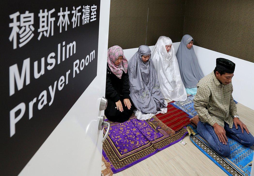 台灣邁步打造友善穆斯林的環境與設施,吸引穆斯林遊客及新住民,圖為台鐵台北車站地下...