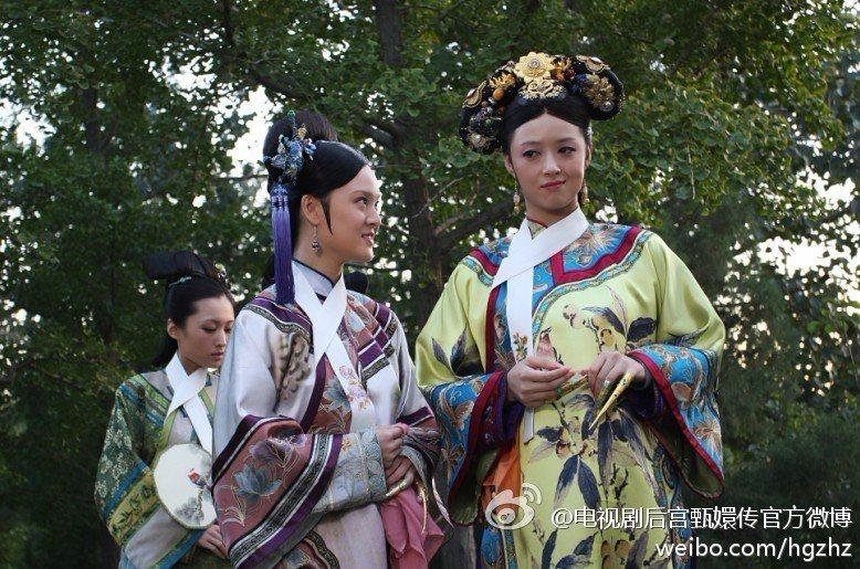 蔣欣(右一)在「後宮甄嬛傳」中飾演「華妃」。 圖/擷自微博