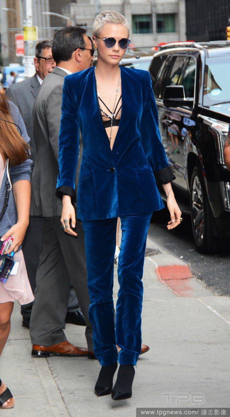 卡拉穿上Mugler早秋藍色褲裝內搭紗質胸罩。圖/達志影像
