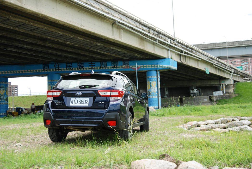 改款後的 XV 車尾改採大面積的尾燈造型,並在前後保桿、車側、輪拱等處採用黑色防...