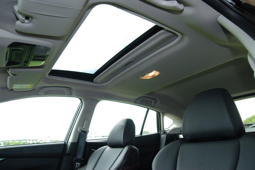 i-S 車型獨有的電動玻璃天窗,提供良好的車室採光。 記者林鼎智/攝影