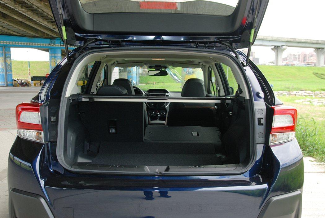 Subaru XV 在後排座椅未傾倒的狀況下有 310 公升的容量,座椅傾倒後更...