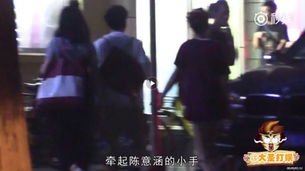 畫面中,陳意涵與白衣男子手牽手。 圖/擷自秒拍