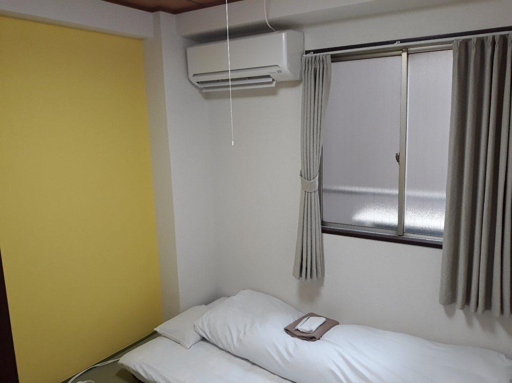 房間看起來整潔簡單,甚至備有空調 圖片來源/ptt