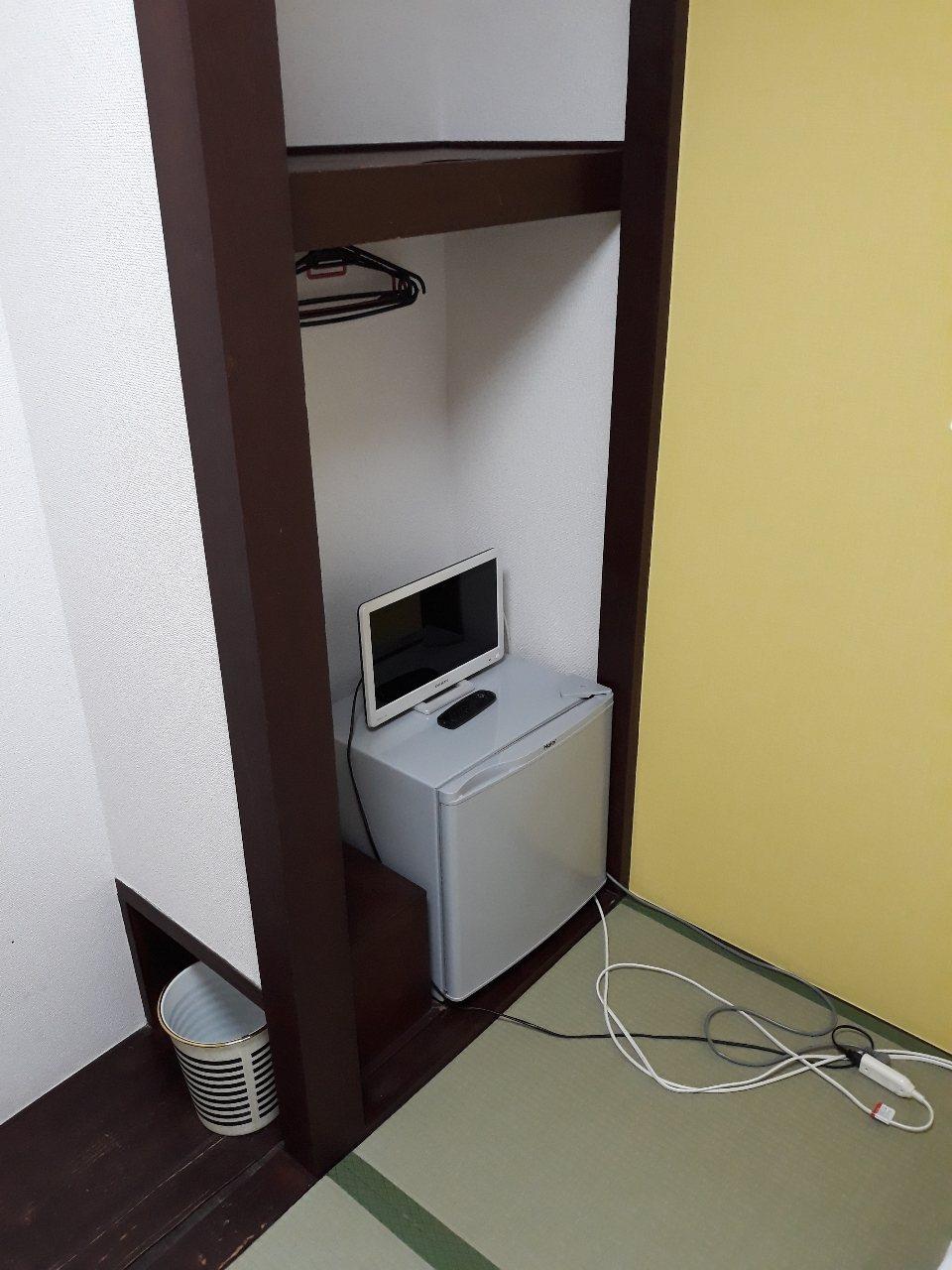 簡易衣櫥和小冰箱 圖片來源/ptt