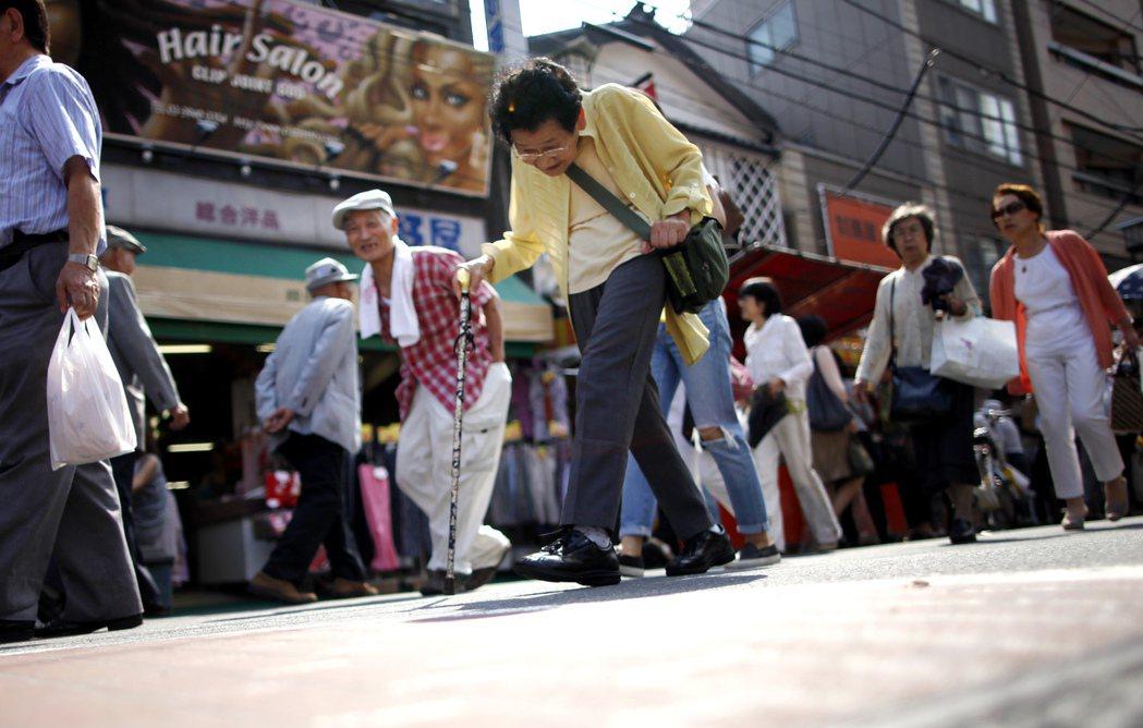 人口數量逐年遞減的日本,其中有1/4為高齡人口。 圖/美聯社