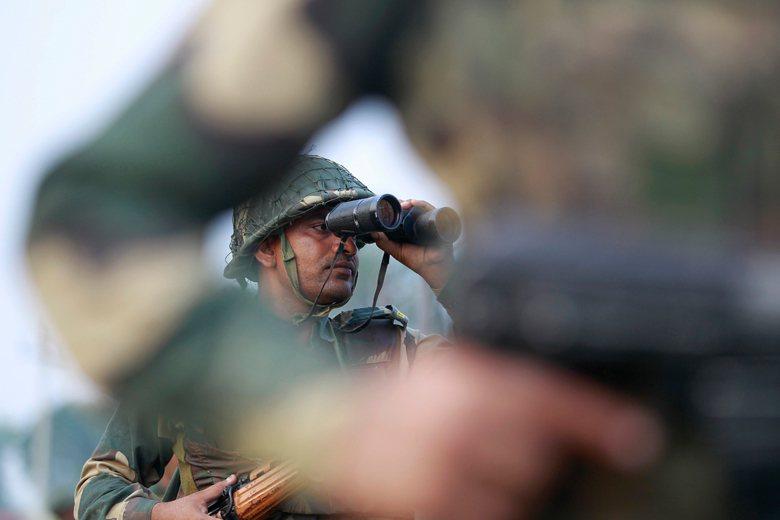 一名駐守於印度邊界的士兵正在勘查周遭變化。 圖/美聯社