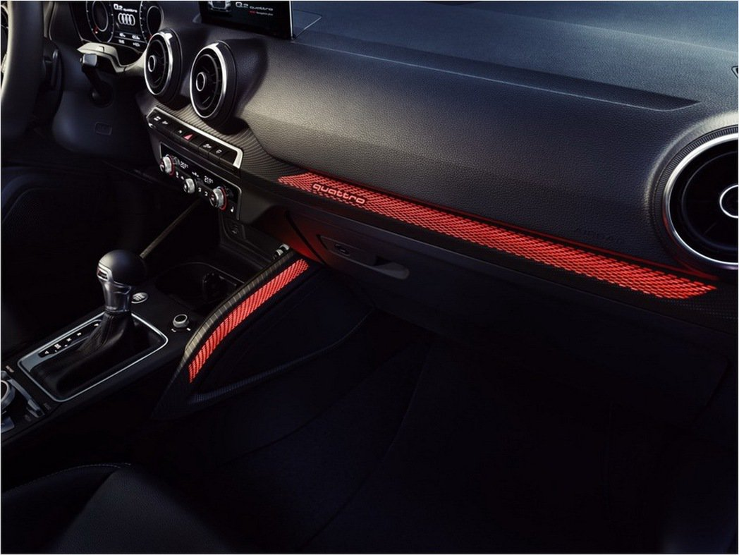 Audi Q2 承襲四環品牌對於細節的嚴苛要求,打造具備時尚風格與精緻質感的內裝陳設,全車系唯一搭載光影設計樣式內裝飾板,創造Q2 搶眼奪目的專屬品味風格。 圖/台灣奧迪提供