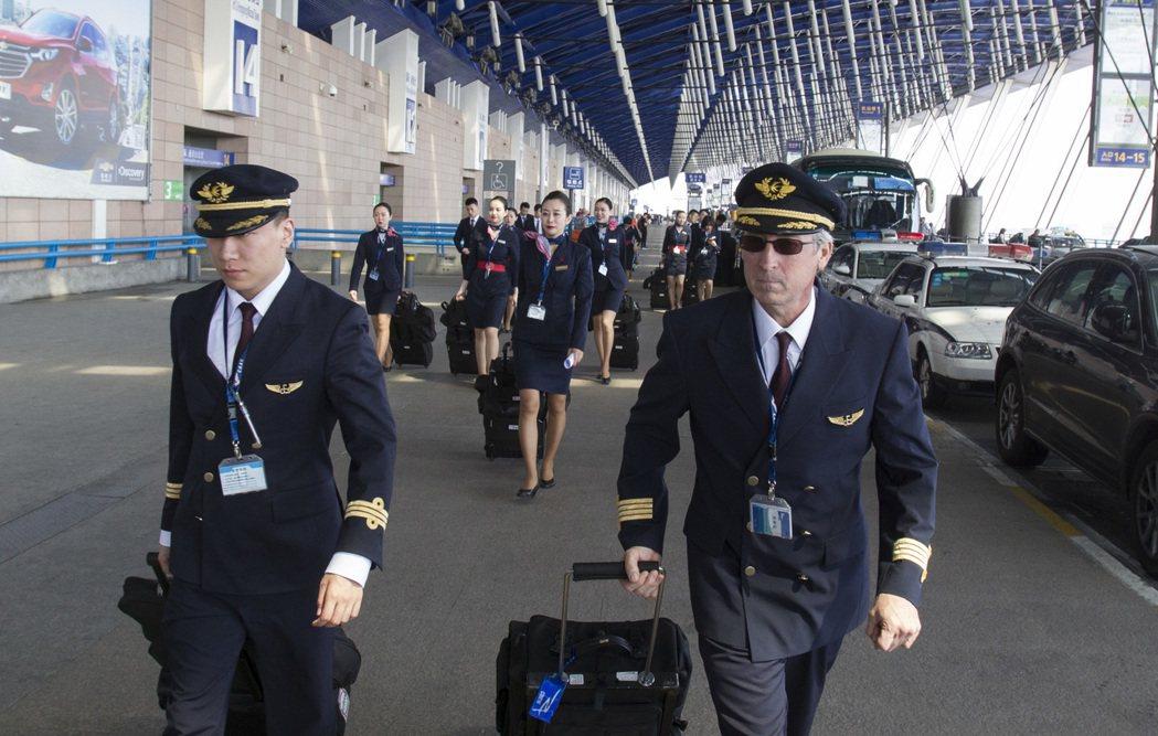 上海浦東國際機場的一組正副機師與空服員。 新華社