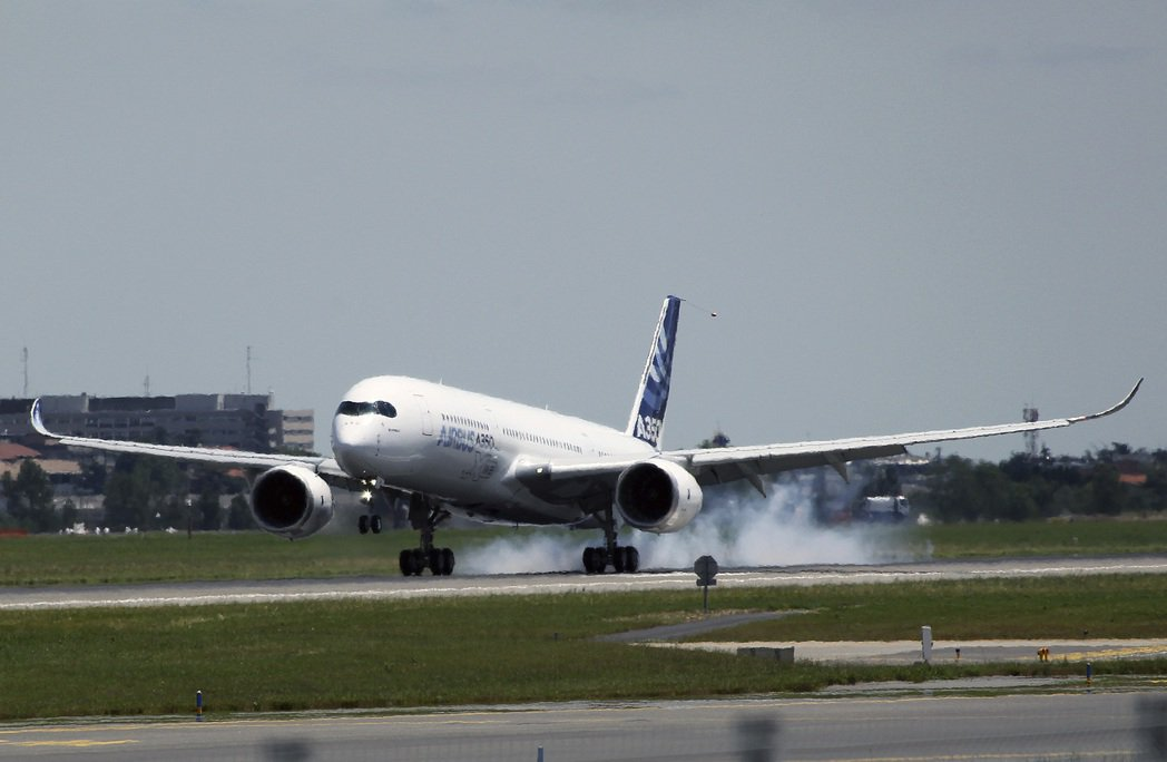 空巴A350飛抵法國土魯斯-布拉尼亞克機場。 美聯社