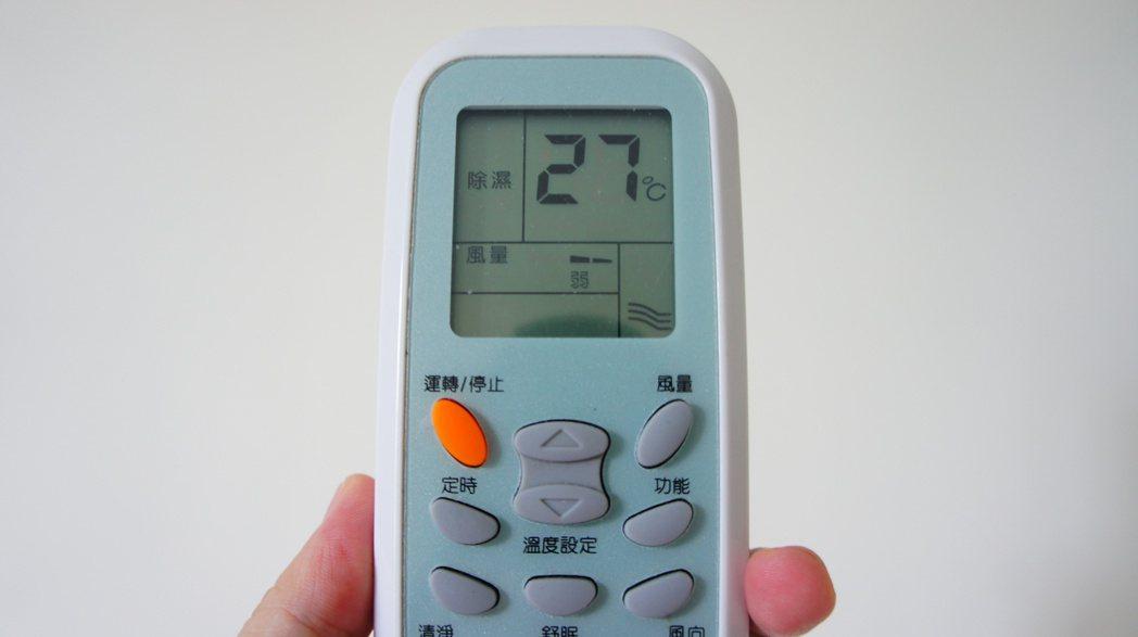 網路謠傳冷氣開「除濕」模式會比「冷氣」模式來得省電。 記者李京昇/攝影