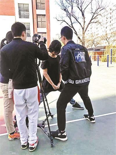 電影「逃離」在人大附中拍攝的現場情況。 圖/摘自北京青年報