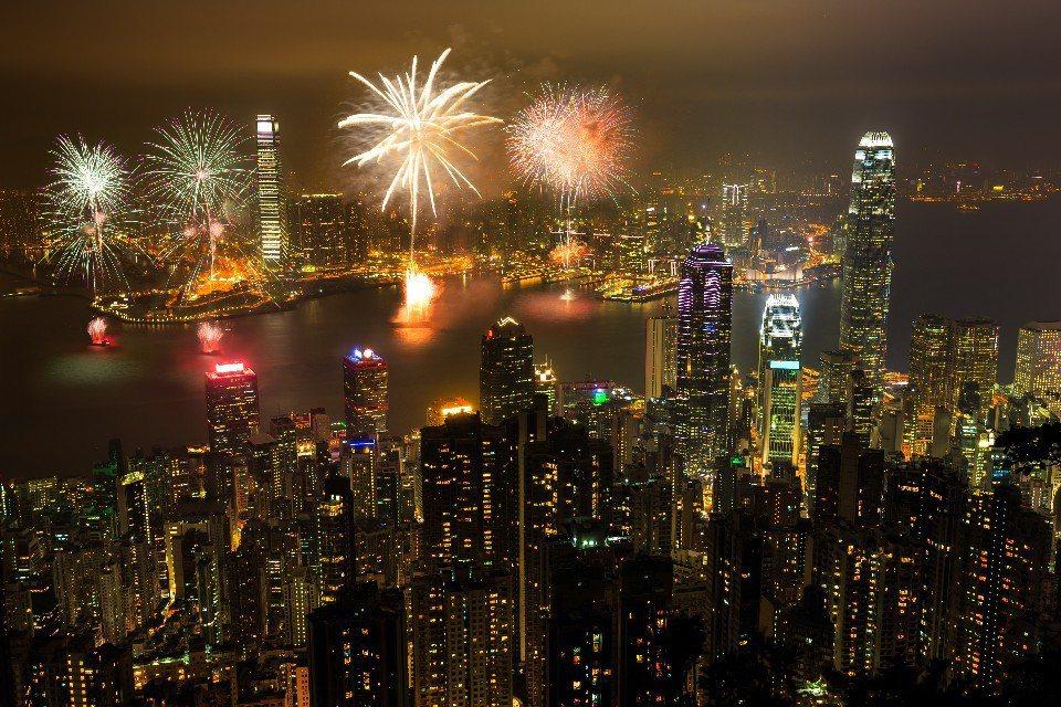 香港的夜景與煙火(圖片來源:123RF)