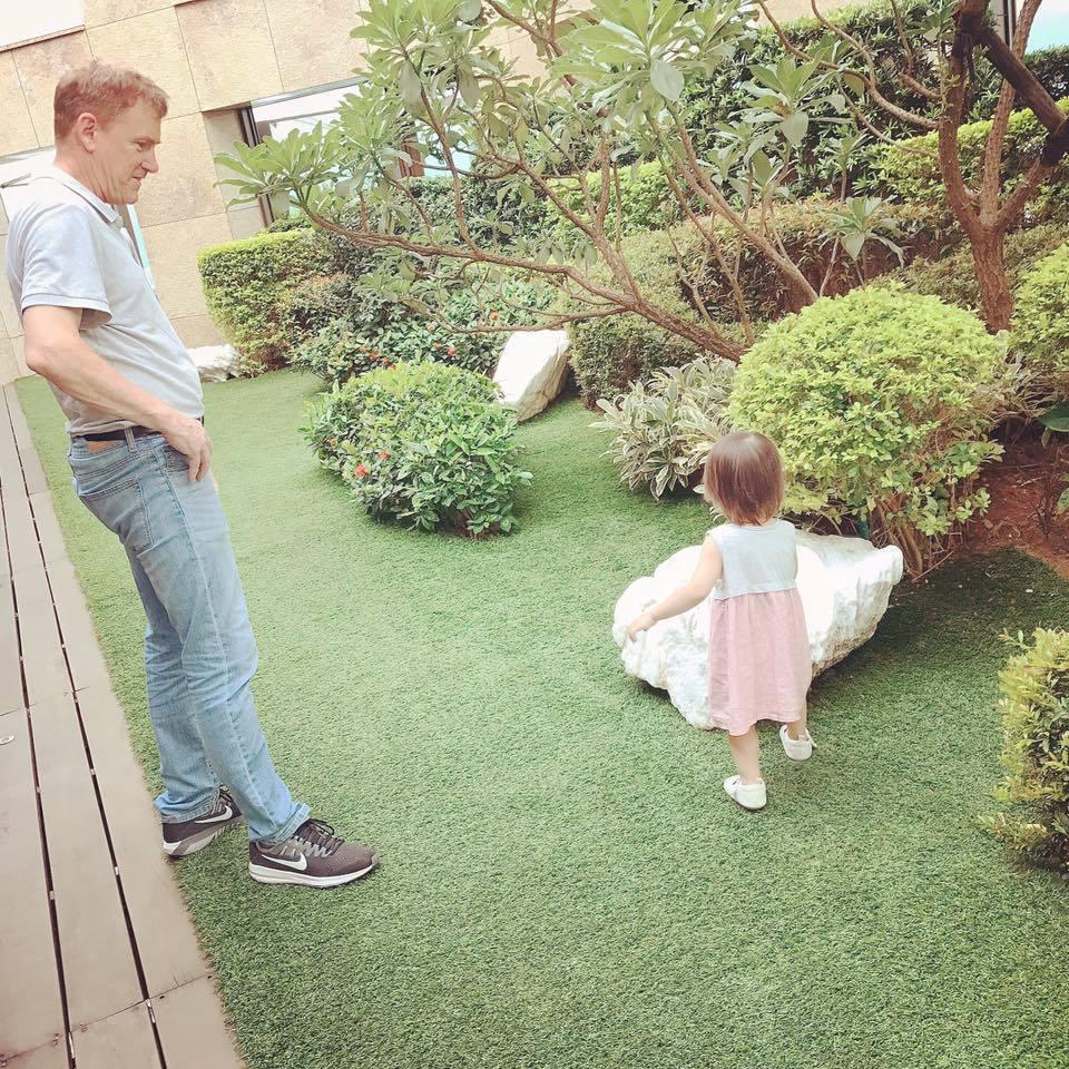 昆凌23日在臉書PO了爸爸(左)與女兒小周周的合照。圖/摘自臉書