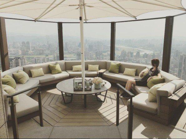 昆凌在自家豪宅露台可窺台北市美景。圖/摘自IG