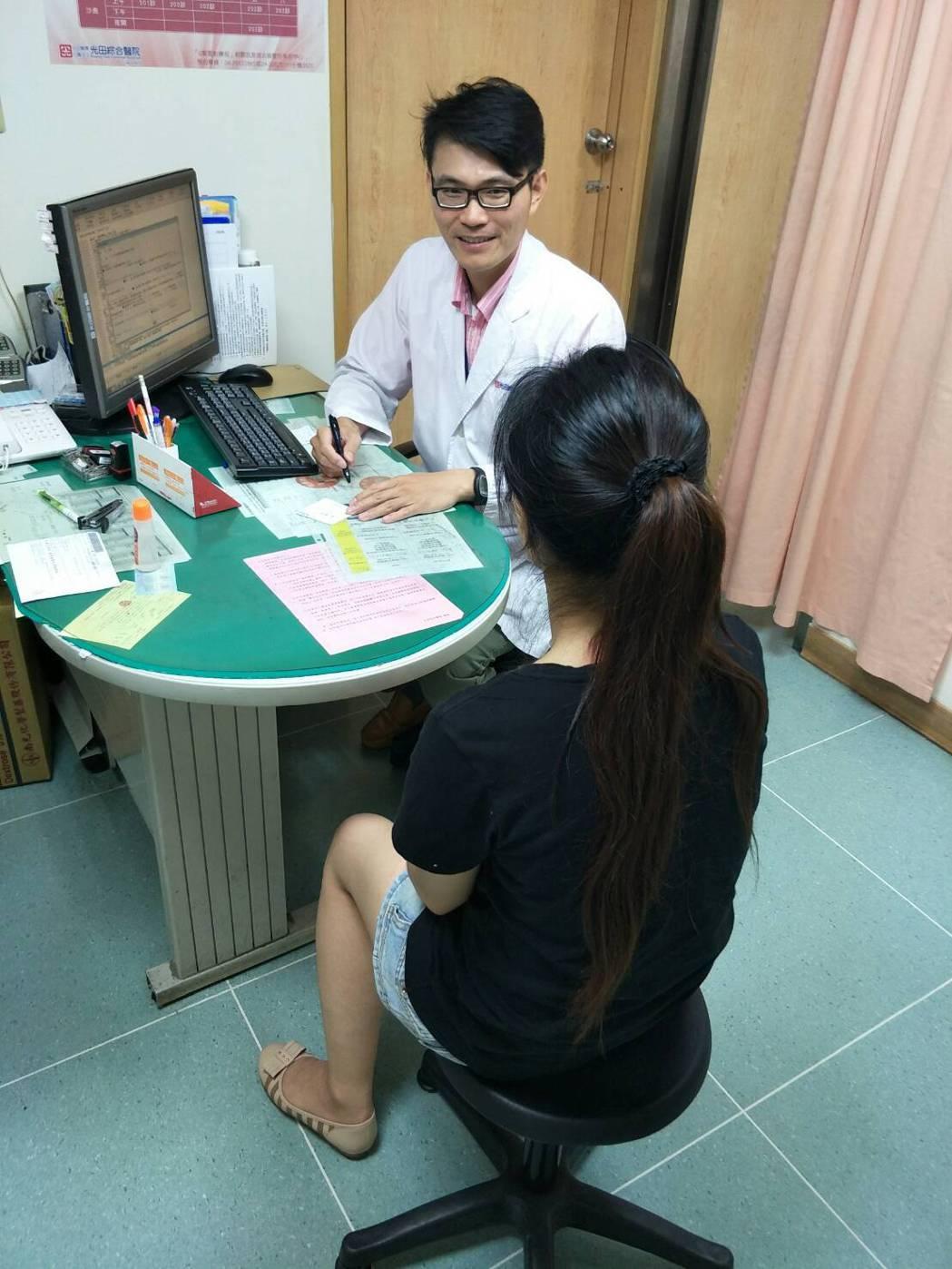 43歲曾姓女子15年前生產後每次打噴嚏、提重物就會漏尿。圖/光田綜合醫院提供