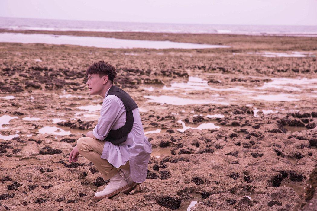 張信哲MV還到沖繩取景,他是全隊中唯一沒在礁石上滑倒的人。圖/潮水音樂提供