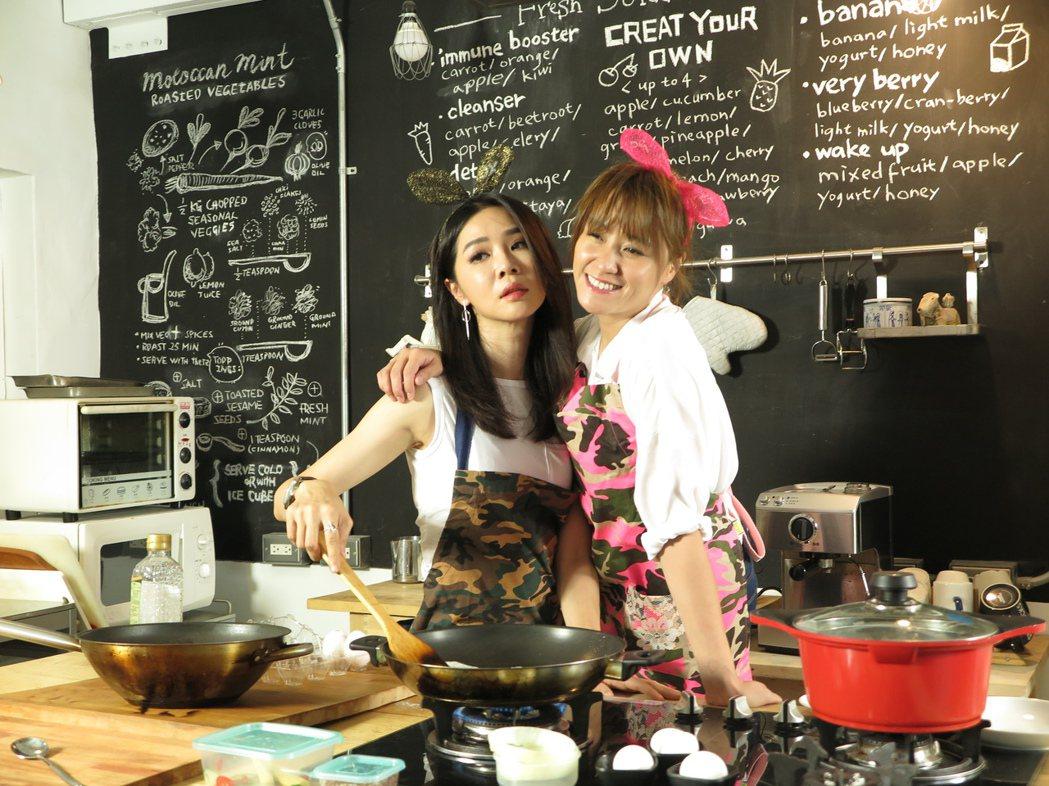 謝盈萱(左)上海裕芬主持「小耳朵廚房」,邊煎蛋邊擺出誘人姿態。圖/海裕芬提供