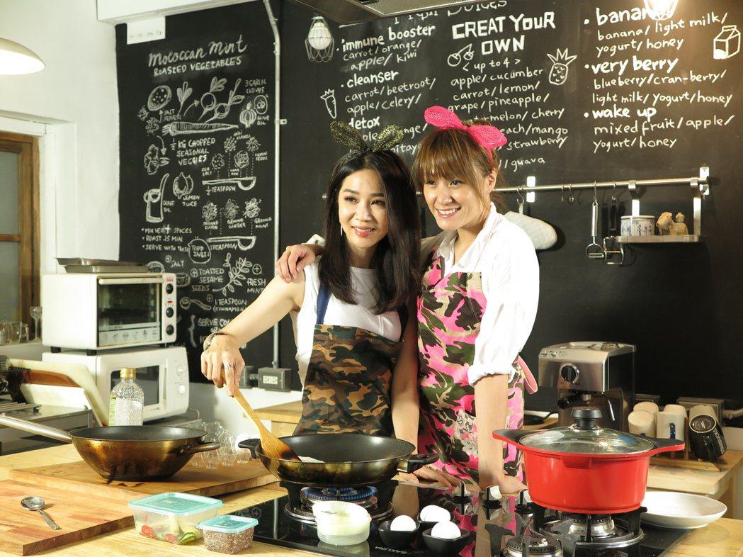 謝盈萱(左)上海裕芬主持「小耳朵廚房」。圖/海裕芬提供