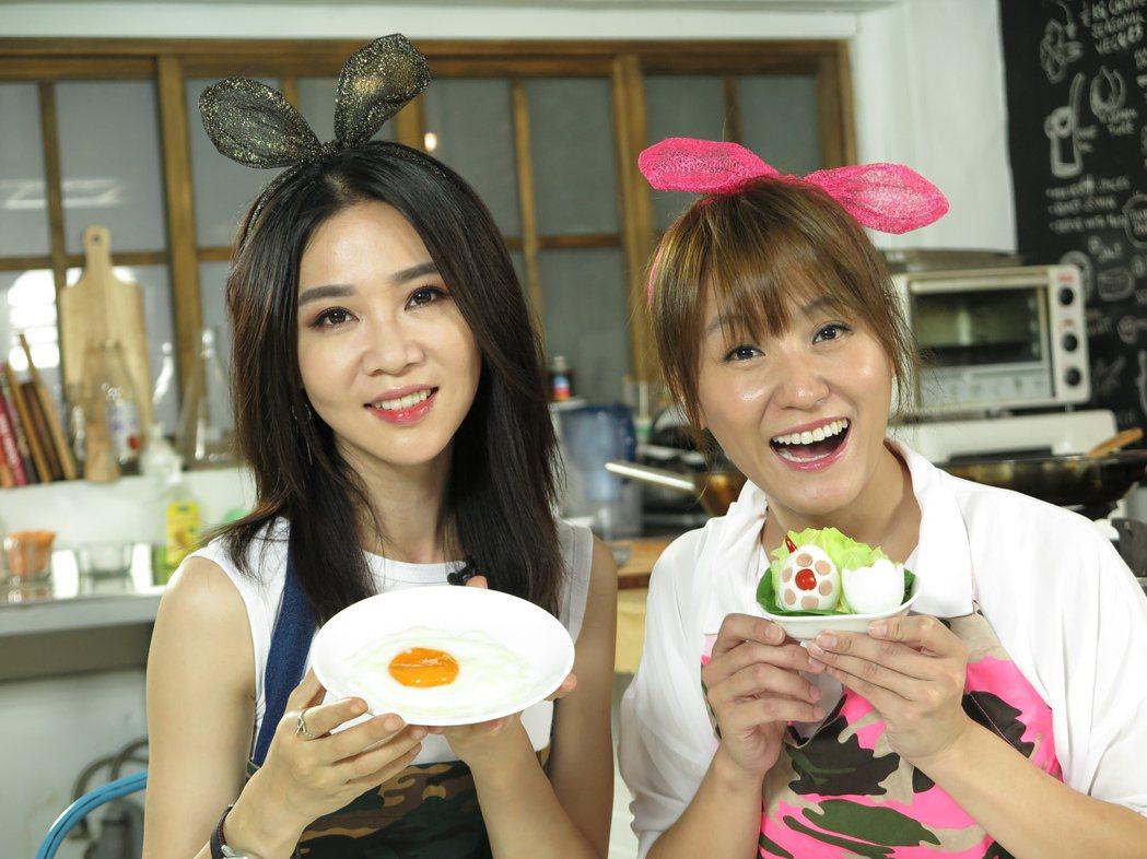 謝盈萱(左)上海裕芬主持「小耳朵廚房」秀成品。圖/海裕芬提供