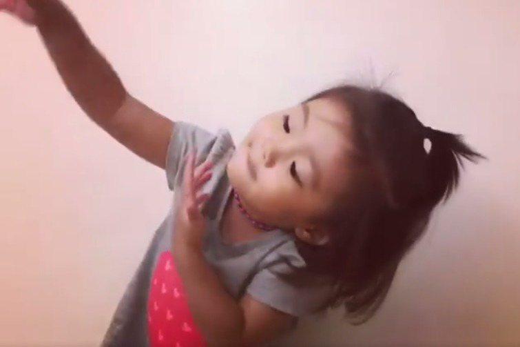 咘咘邊唱兒歌邊跳舞。圖/擷自臉書