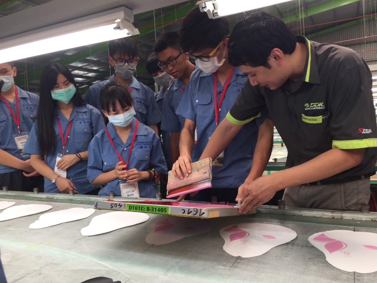 教育部推動新南向政策,除新增東南亞公費留考名額,暑假也補助就讀高中職的新住民子女...