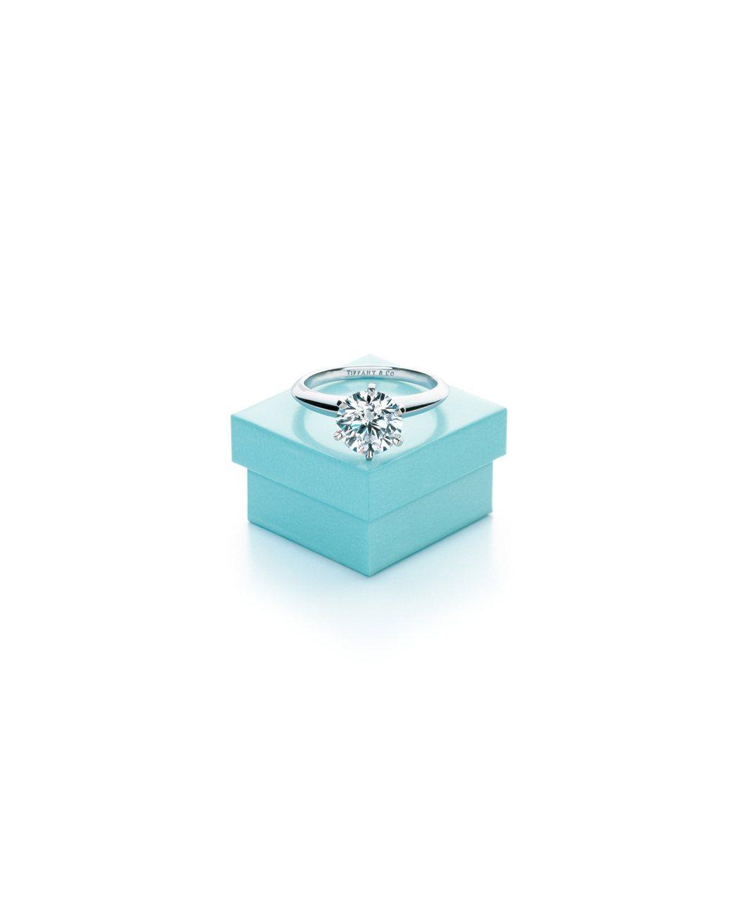 The Tiffany Setting經典六爪鑲嵌鑽戒與Tiffany藍盒。圖/...