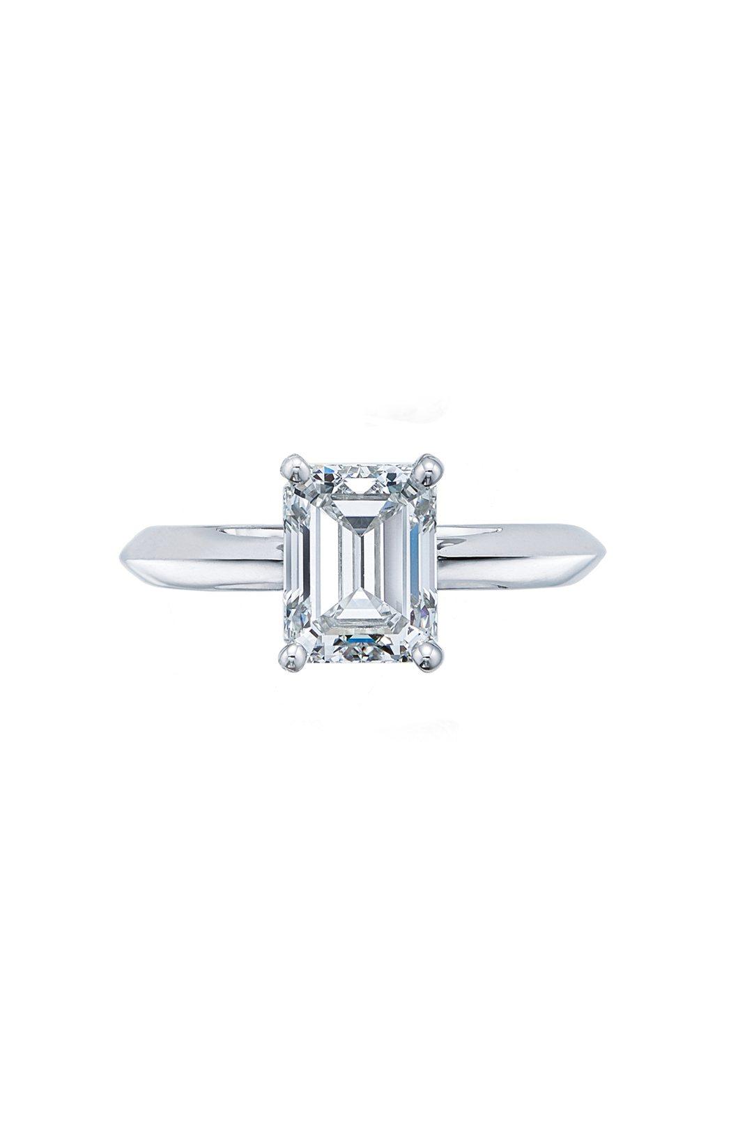 Tiffany鉑金鑲嵌祖母綠式切割鑽石戒指,價格店洽。圖/Tiffany提供