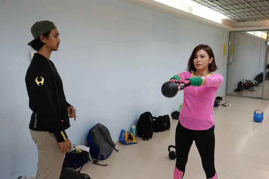 德馨練習壺鈴運動。圖/民視提供