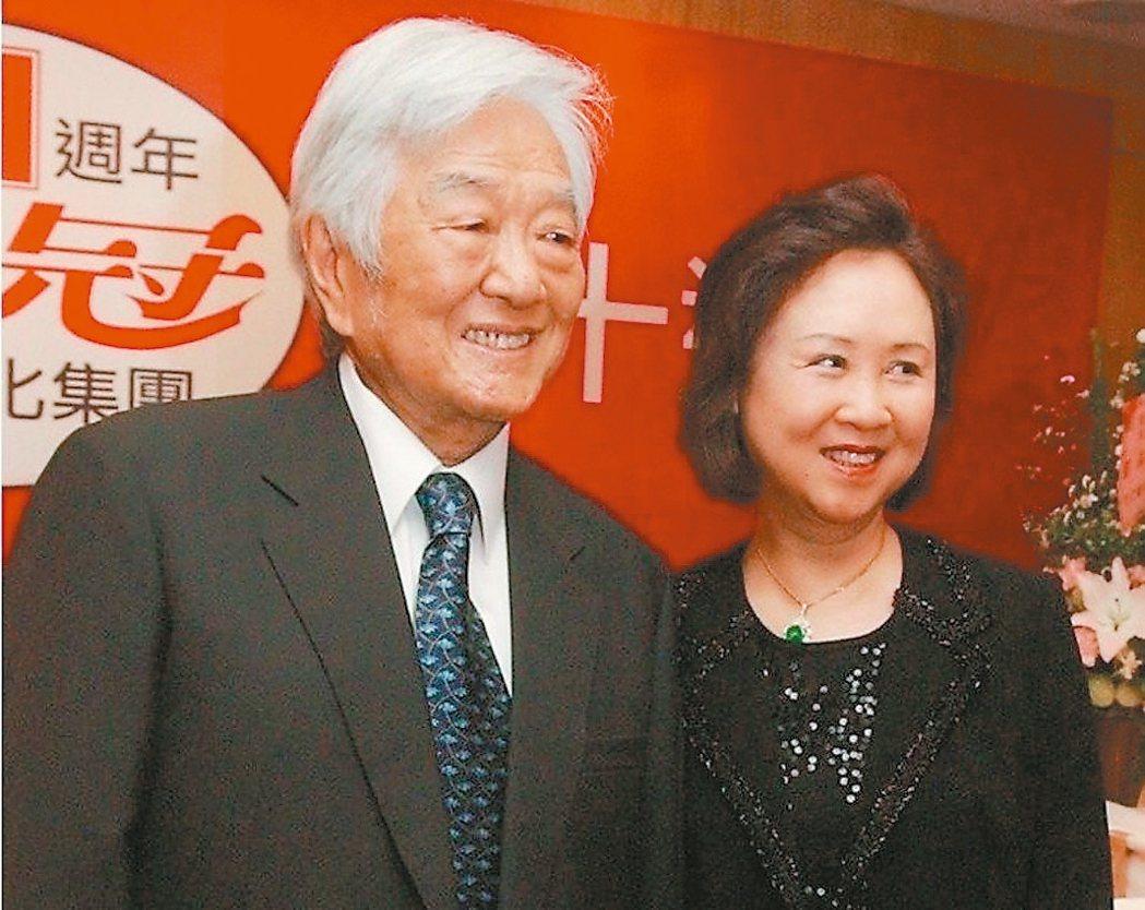 作家瓊瑤(右)將照顧平鑫濤的過程寫成新作「在雪花飄落之前 我生命中最後一課」,引