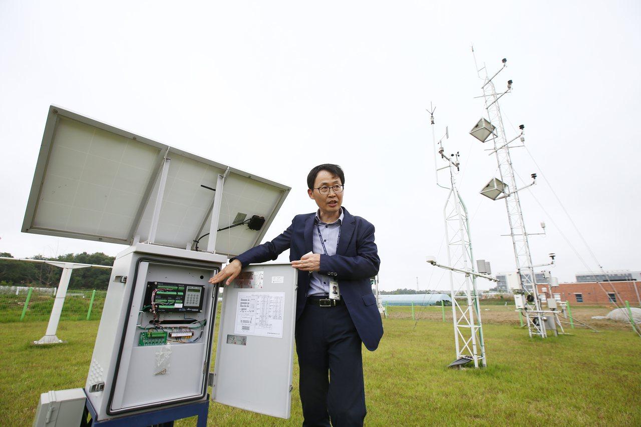 農業氣象研究室室長沈教文介紹早期預警系統,協助農民預測「天候」的變化,資料細緻到...