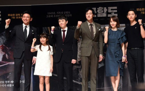 蘇志燮(右三)參與演出「軍艦島」。圖/車庫娛樂提供