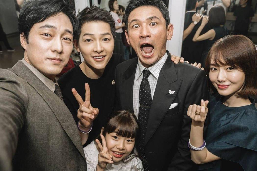蘇志燮(左)參與演出「軍艦島」 圖/擷自車庫娛樂臉書