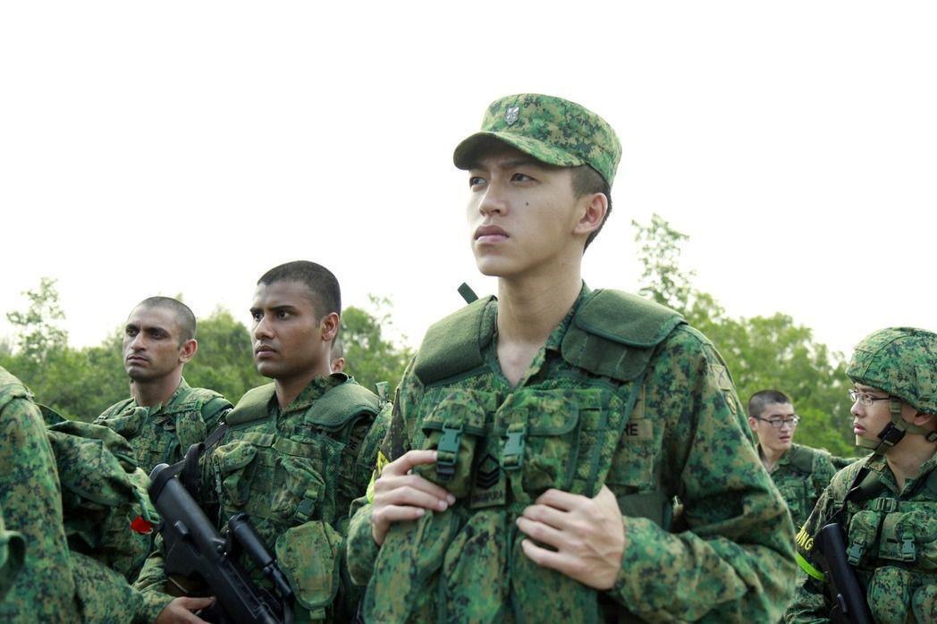 同樣實施「徵兵制」的新加坡,男子在年滿18歲後便需要進軍中服役兩年。圖/電影《新...