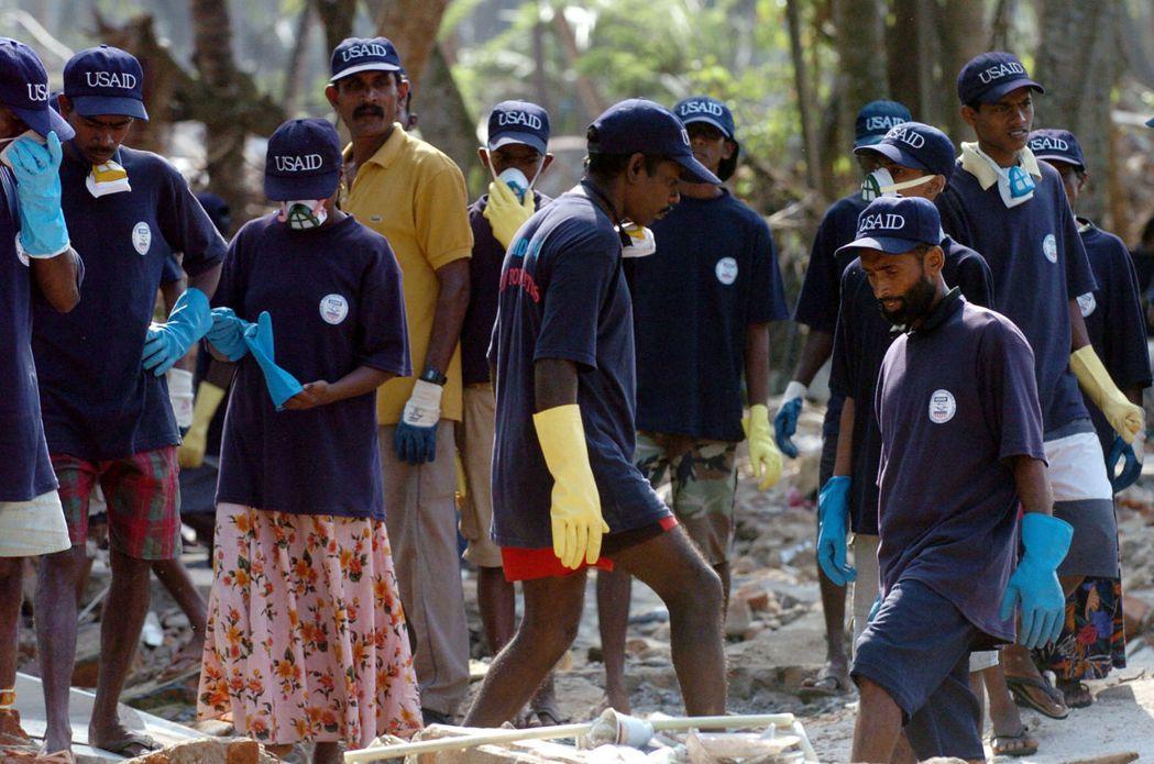 圖為在南亞大海嘯後援助斯里蘭卡的NGO。近年NGO社群在斯里蘭卡的快速茁壯、監督...